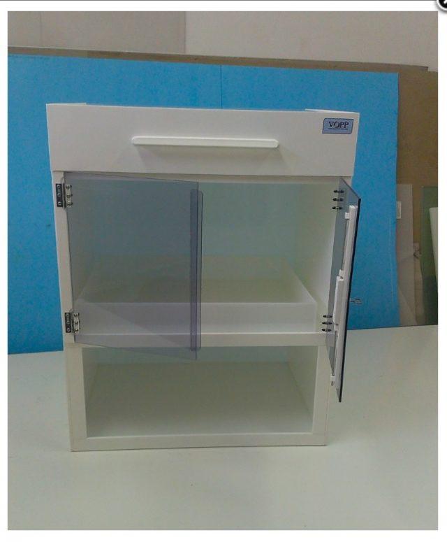 Laboratorní skříň s vitrínou